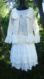 Brodyrblus med dragsko, kjol och jacka