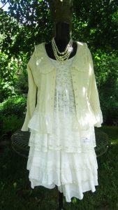 Pärlbeströdd tunika, kjol, jacka och pärlhalsband