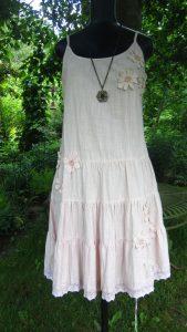 Rosa klänning med snörning och halsband